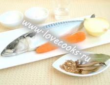 Маринована скумбрія з цибулею і морквою