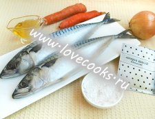Скумбрія запечена з цибулею і морквою
